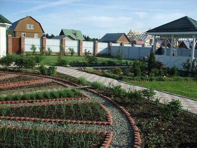 Не обойтись на загородном участке и без грядок для ягод, овощей, зелени
