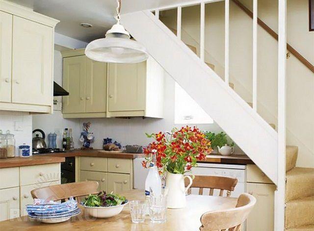 Под лестницей разместилась длинная кухонная рабочая столешница