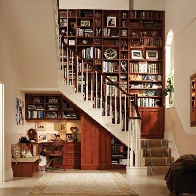 Очень оригинальныйвариант комплексного использования пространства под лестницей и вокруг нее