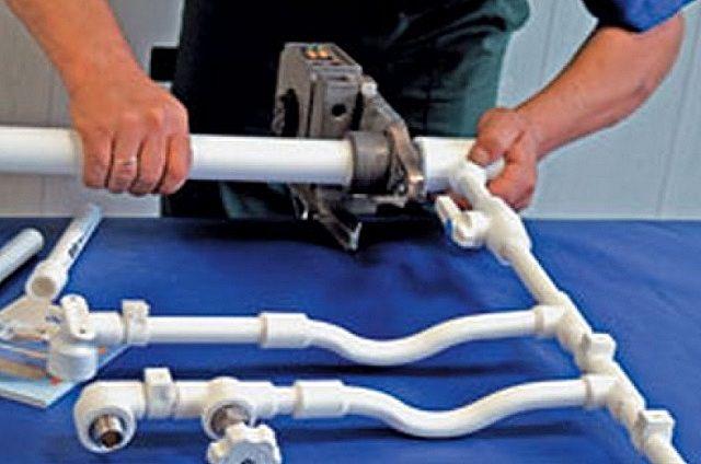 Некоторые крупные узлы удобнее собирать на верстаке, а потом уже вваривать в контур отопления