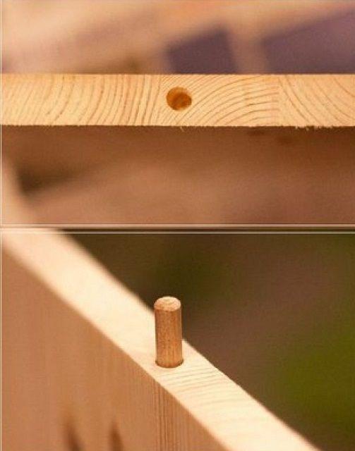 В боковых стенках сверлятся гнезда под шканты, на которые затем будет надета столешница