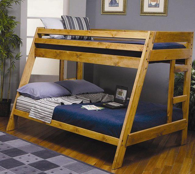 В первом ярусе такой трапециевидной конструкции разместилась двуспальная кровать