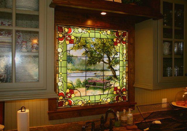 Подсвеченный изнутри витраж исполняет роль фальшь-окна