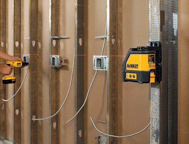 С помощью магнитного держателя лазерный уровень можно зафиксировать на металлических конструкциях