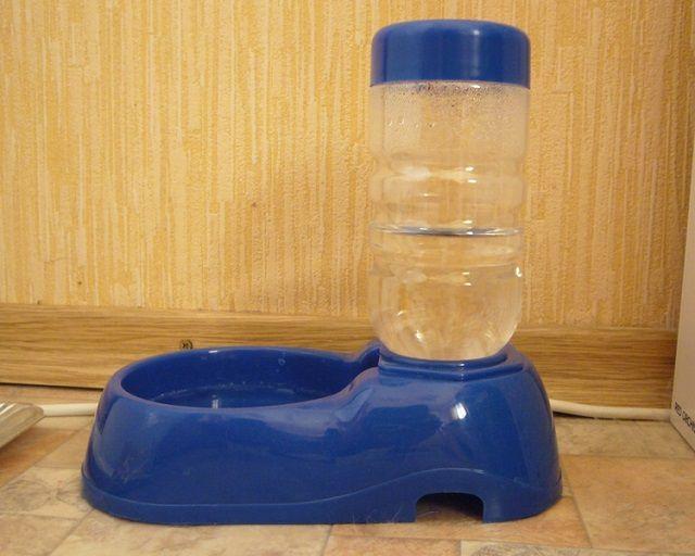 Удобная поилка с запасом чистой воды