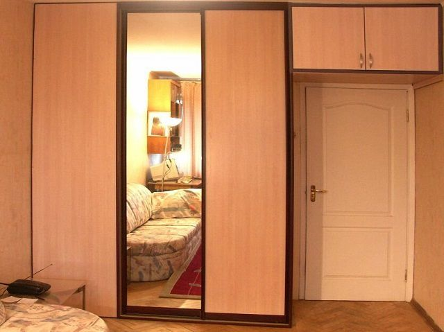Встроенные шкафы окружают входную дверь