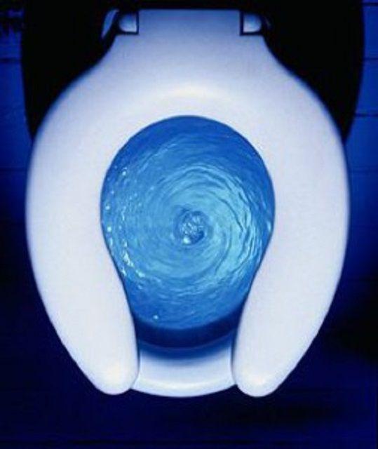 Потоки воды при смыве направляются по спиральной траектории