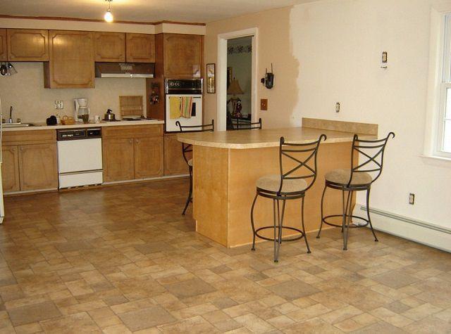 Линолеум на кухне не должен быть слишком светлым – имитация древесины или натурального камня, наверное, будет оптимальным вариантом