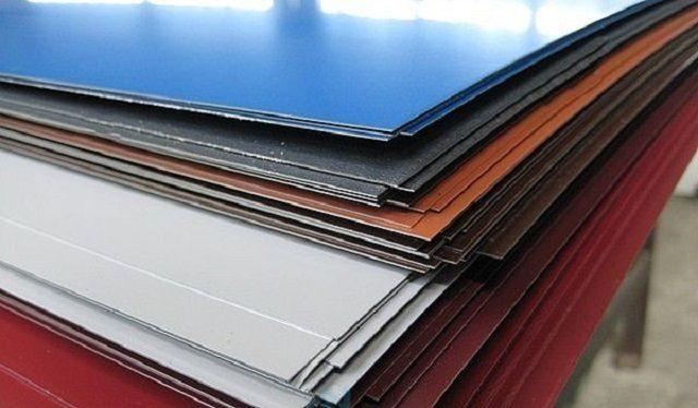 Складированные металлические листы с полимерным покрытием для производства профнастила.