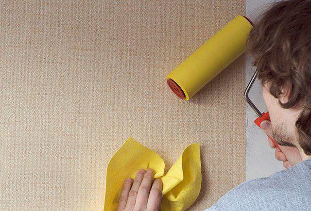 Прокатывание резиновым широким валиком обеспечит полное распрямление полотна