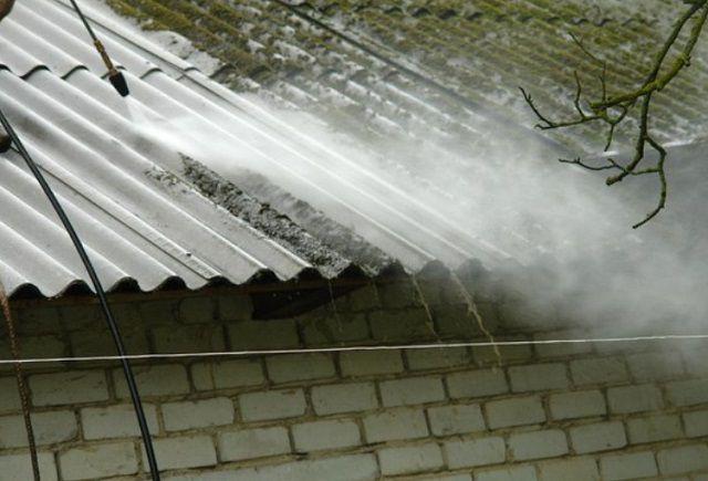 Очистка шиферной крыши от мшистых участков струей воды