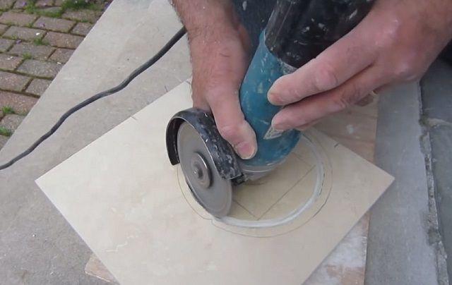 Фигурная резка керамической плитки – весьма непростое занятие
