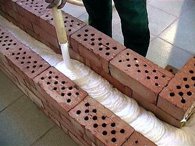 Оптимальный способ утепления стен свинарника – средним слоем между двумя сломи кирпичной кладки