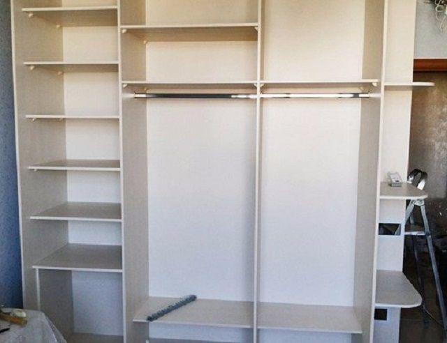 Встроенный шкаф со сплошной задней панелью (стенкой)
