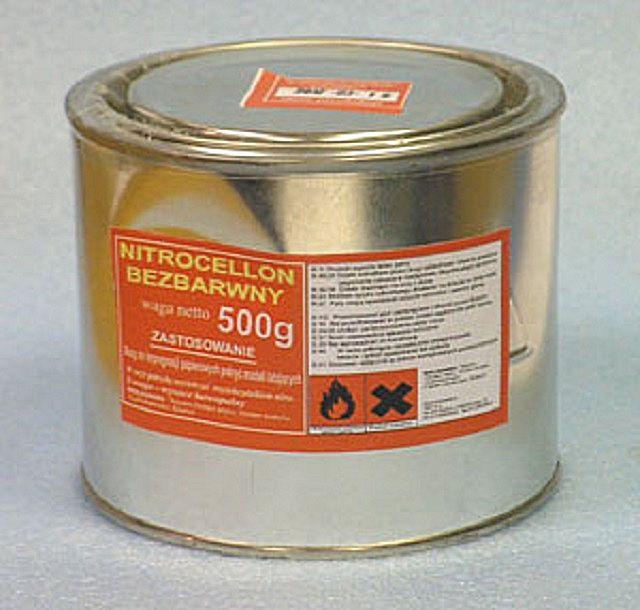 Надежную ремонтную заплатку можно выполнить с использованием обычной ткани и водостойкого нитро-клея