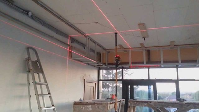 Лазерный уровень сильно облегчает процесс разметки и монтажа гипсокартонных конструкций