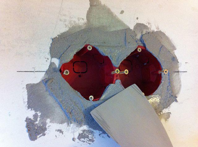 Процесс замазывания полостей гипсовой штукатуркой