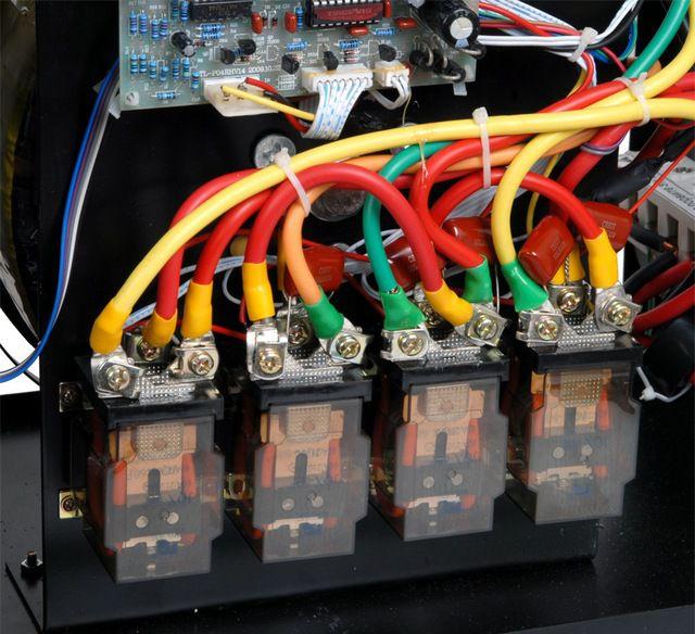 Целая группа релейных ключей обеспечивает быстрое переключение между обмотками трансформатора