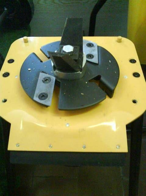 Режущий механизм с двумя парами ножей разной конфигурации.