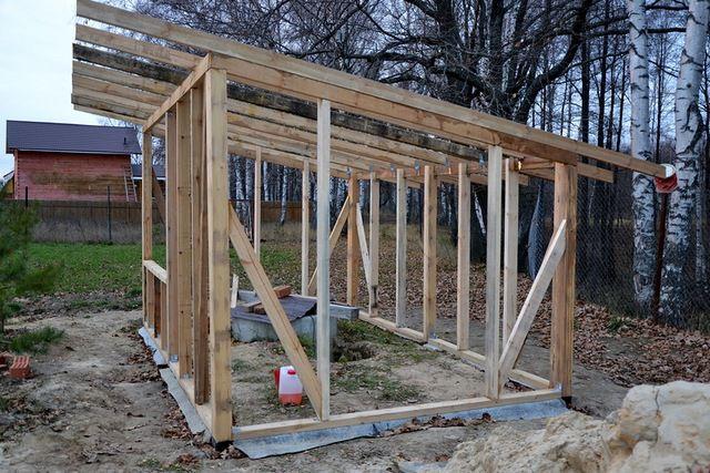 В каркасном строительстве уклон ската кровли обеспечивается разницей по высоте вертикальных стоек противоположных стен.
