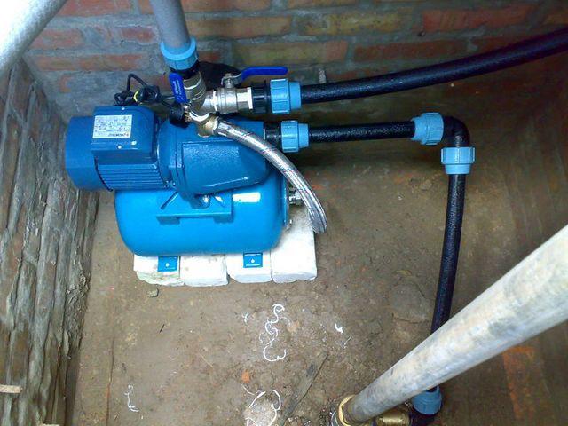 Особенности расположения дома и колодца, высоты уровня воды нередко требуют возведения кессона для насосной станции