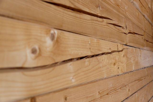 Низкое качество утепления стыков между бревнами или брусом ведет к более глубокому промерзанию стен и быстрому появлению обширных трещин