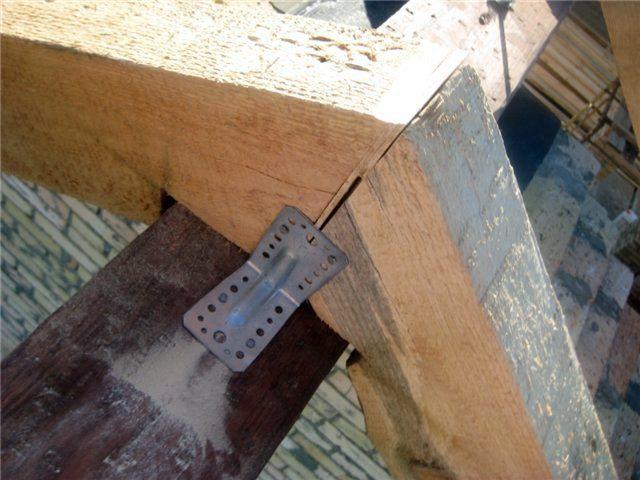 На стропильных ногах сделаны вырезы под брус конькового прогона