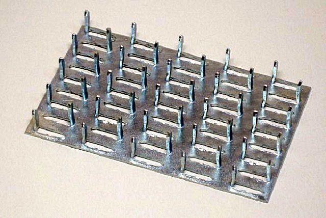 Очень удобны для соединения деревянных деталей особые, так называемые гвоздевые пластины
