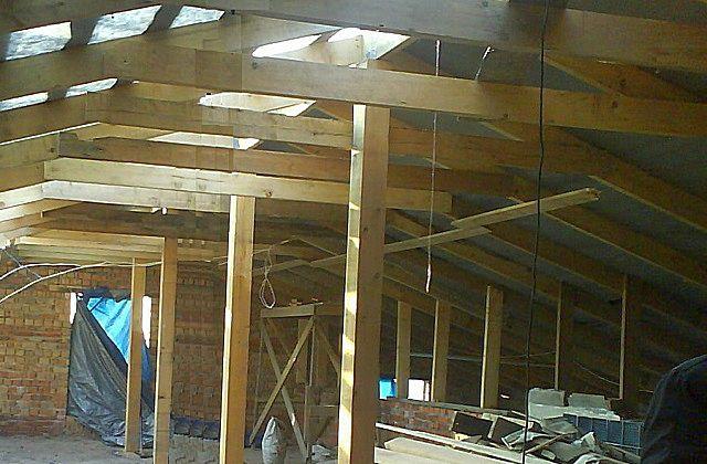 На крышах большой площади стропильная система усиливается вертикальными стойками