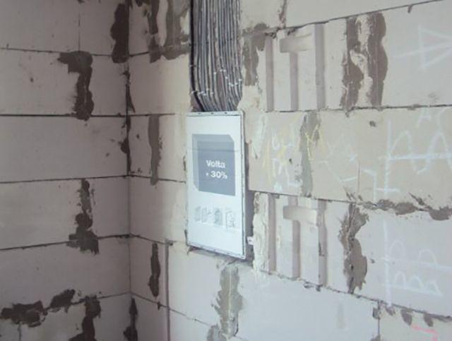 Внутренности щитка защищены картонной крышкой