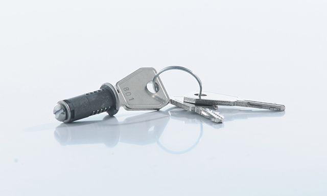 У многих производителей электрических щитов можно заказать замки на дверцу