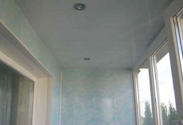 Комплексное решение – стены и потолок лоджии отделаны одинаковыми панелями