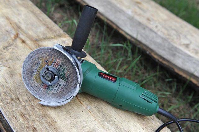 Резать шифер удобнее всего угло-шлифовальной машинкой – «болгаркой»