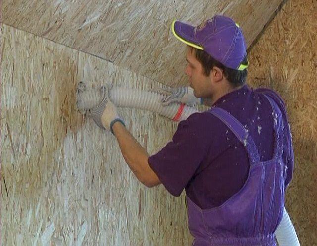 Заполнение эковатой оставленной в стене полости