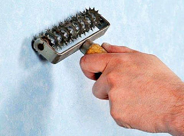 Перфорация плотных обоев зубчатым валиком поможет хорошей их пропитке водой для последующего удаления