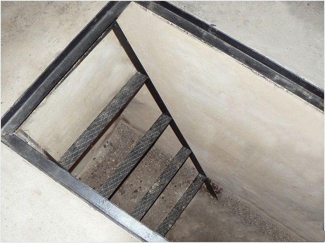 При планировании смотровой ямы необходимо учесть возможность спуска в нее при стоящем в гараже автомобиле