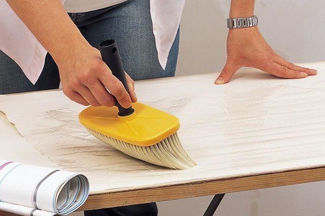 Как наносить клей – на обои или на стену, обычно указывается специальным значком на упаковочном ярлыке рулона