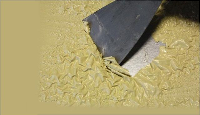 Под воздействием смывки-растворителя краска должна отойти от любого основания
