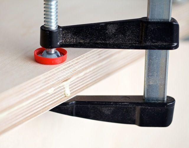 Надежная фиксация деталей при сборке мебельных изделий невозможна без применения струбцин