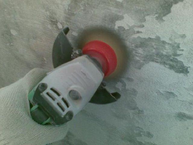 Снятие побелки металлической щеткой – очень «грязная» процедура