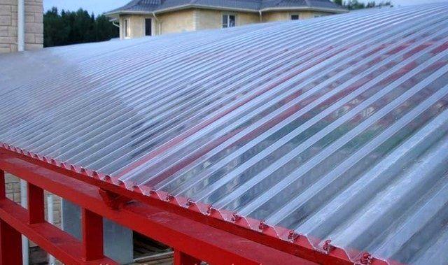 Такой материал способен поддерживать оптимальное естественное освещение, но отсечет «жаркую» составляющую солнечных лучей