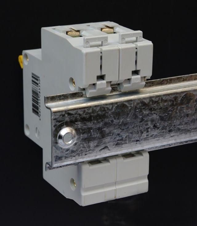 Автоматический выключатель на DIN-рейке. Вид сзади