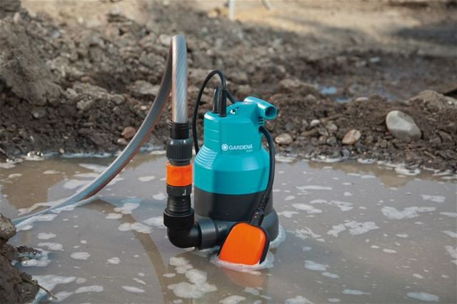 Насос поможет осушить искусственный водоем или даже просто застоявшиеся глубокие лужи на участке