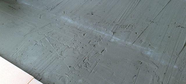 Поверхность для укладки плит ЭППС можно выровнять при помощи сухого песка
