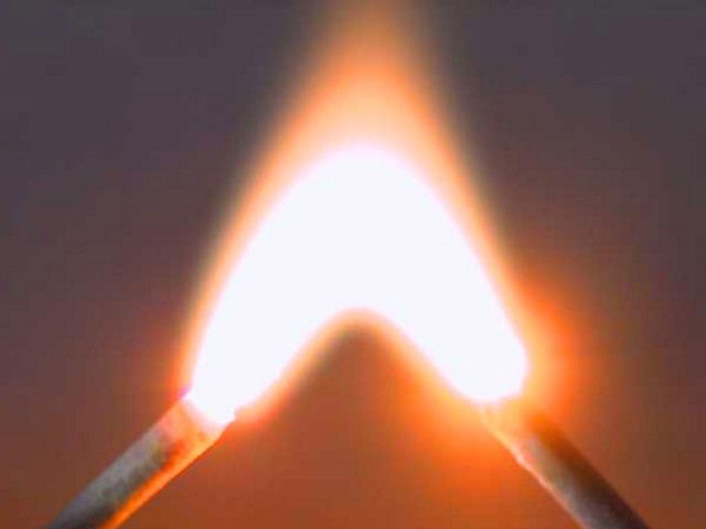 Температура электрической дуги может достигать нескольких тысяч градусов