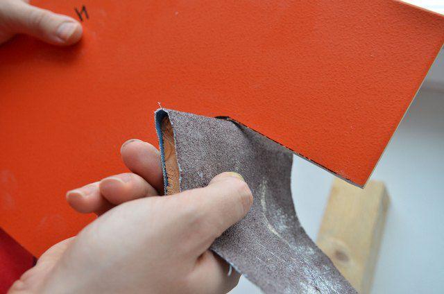 Обработка края обрезанной плитки абразивной бумагой