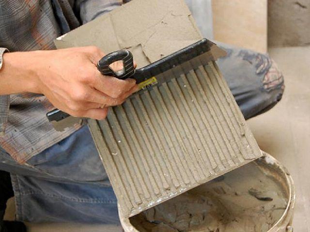 Возможен и такой вариант – клей наносится на поверхность плитки