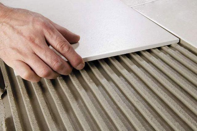 Плитка укладывается на поверхность в нужном месте, прижимается к ней, а потом проводится необходимая корректировка положения