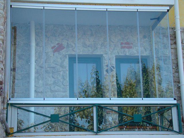 Безрамное остекление – очень красиво, но для полноценного теплого балкона не подойдет