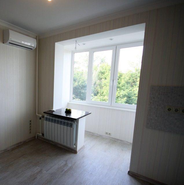 Поверхность полов на кухне и на балконе выведена на общий уровень